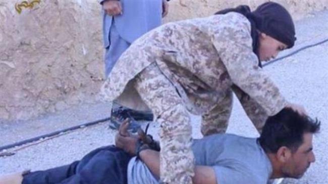 کودک داعشی افسر سوری را سر برید +عکس