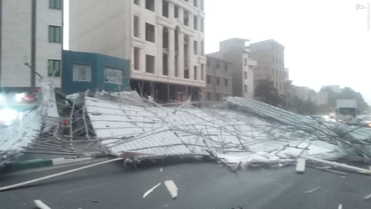 عکس/ سقوط داربست در خیابان هنگام