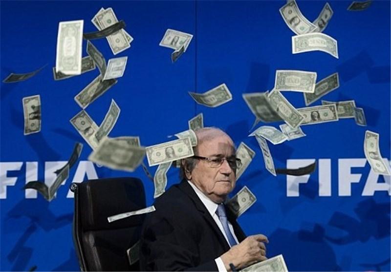 ریختن پول روی سر رئیس فیفا و واکنش جالب بلاتر +عکس