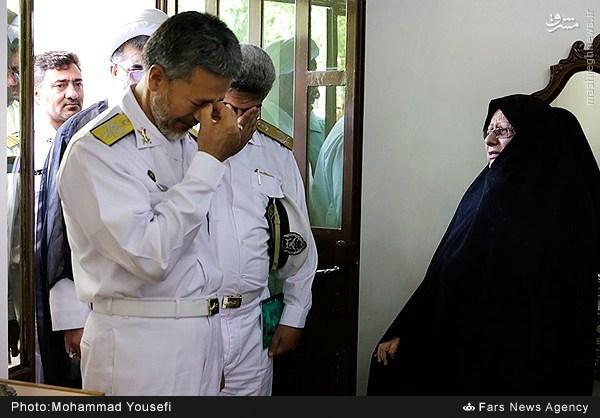 عکس/ گریه امیر سیاری در دیدار با خانواده شهدا