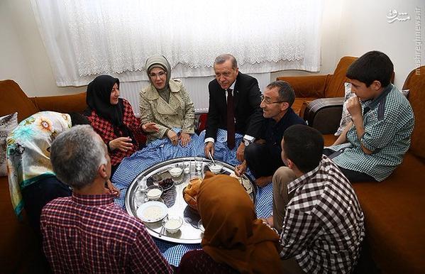 عکس/ اردوغان و همسرش میهمان سفره افطار فقرا