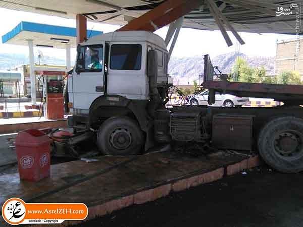 عکس/ برخورد یک تریلی با پمپ بنزین