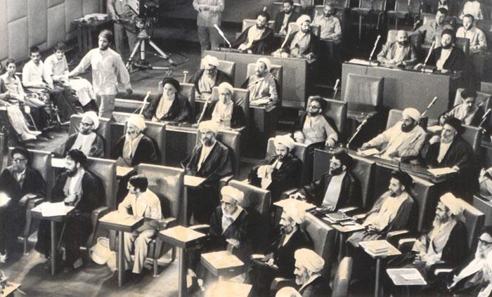 چه کسانی مخالف تصویب اصل «ولایت فقیه» در قانون اساسی بودند؟