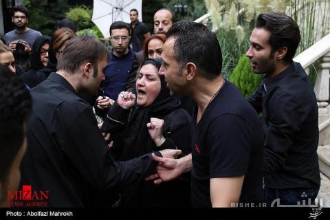 عکس/ بوسه مادر بر «کفن علی طباطبایی»