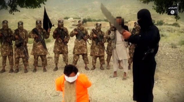 داعش یک سرباز افغان را گردن زد +تصاویر(18+)