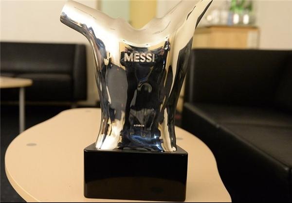 عکس/ هکشدن نام مسی روی جایزه برترین بازیکن اروپا