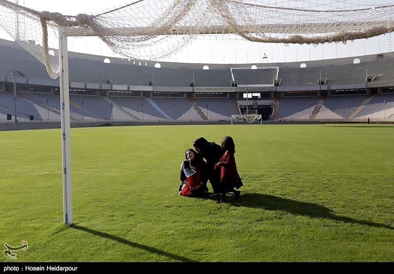 عکس/ وداع همسر ودختر هادی نورزی در زمین چمن