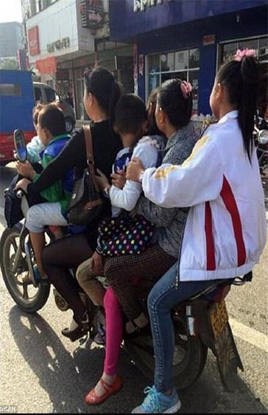 خانواده هفت نفره چینی سوار بر یک موتور+عکس
