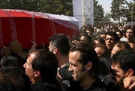 عکس/ علی کریمی زیر تابوت هادي نوروزي