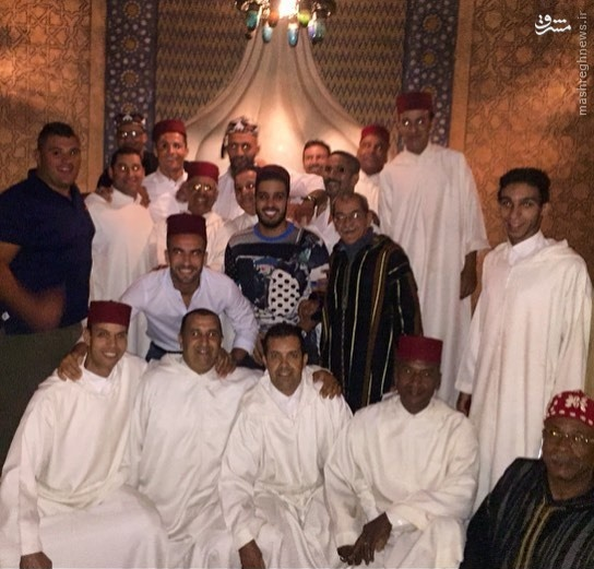 عکس/ کریس رونالدو با لباس عربی در جمع دوستانش