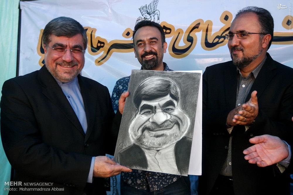 عکس/ لبخند جنتی از دیدن کاریکاتورش