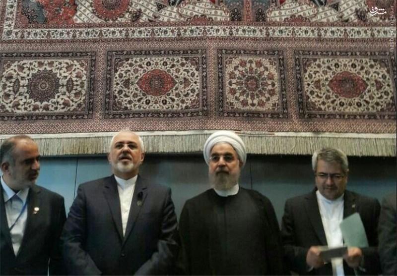 عکس یادگاری روحانی در نیویورک با فرش و هنر ایرانی