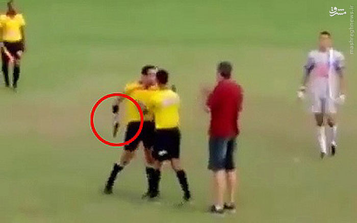 عکس/ اسلحهکشی داور برزیلی در زمین فوتبال