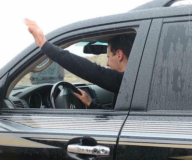 عکس/ رانندگی بشار اسد در هوای بارانی دمشق