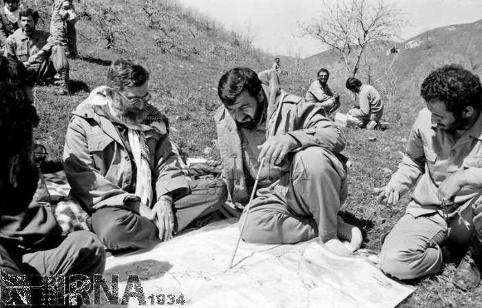 دو عکس از حضور مقام معظم رهبری در منطقه عملیاتی والفجر 10