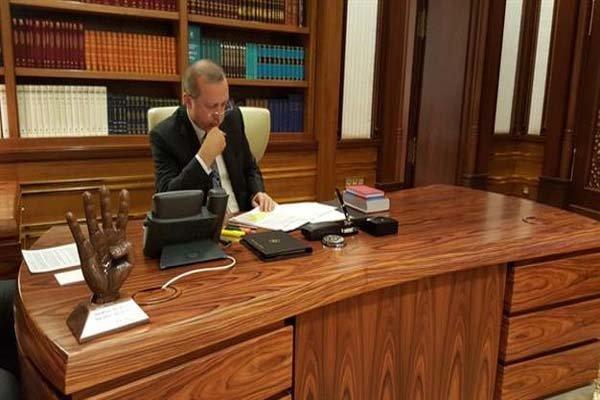 عکس/مجسمهای عجیب روی میز اردوغان