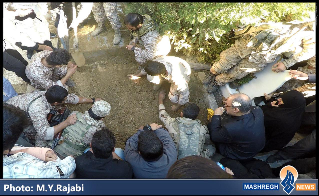تصاویر/ وقتی «مدافعام حرم» رفیق خود را به خاک سپردند
