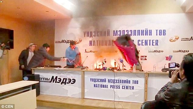 مرد مغولستانی خود را مقابل دوربین رسانهها آتش زد+فیلم و عکس