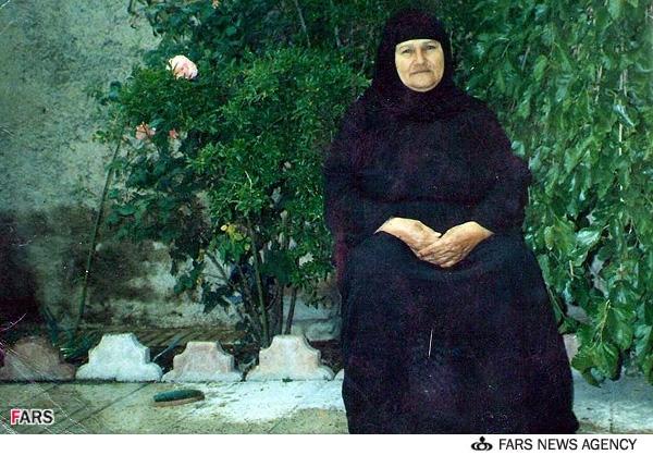 عکسی ماندگار از مادر شهید در یک روز برفی