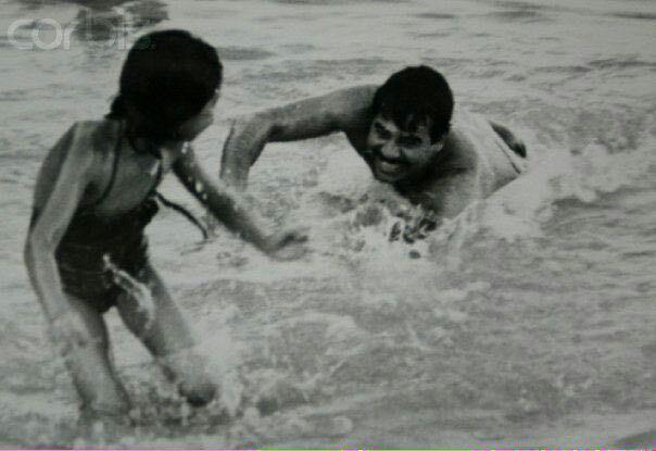 1374625 590 صدام در حال آب بازی با دخترش رغد