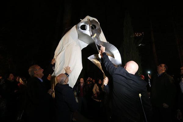 رونمایی از مجسمه پوچگرایانه توسط مدیران فرهنگی