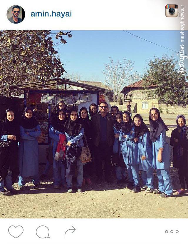 عکس یادگاری امین حیایی با دانش آموزان لاهیجانی