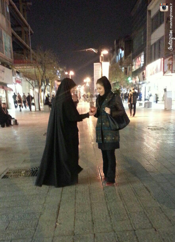 عکس/ توزیع انارهای مزین به دل نوشته های راجب به امام زمان (عج) در شب یلدا