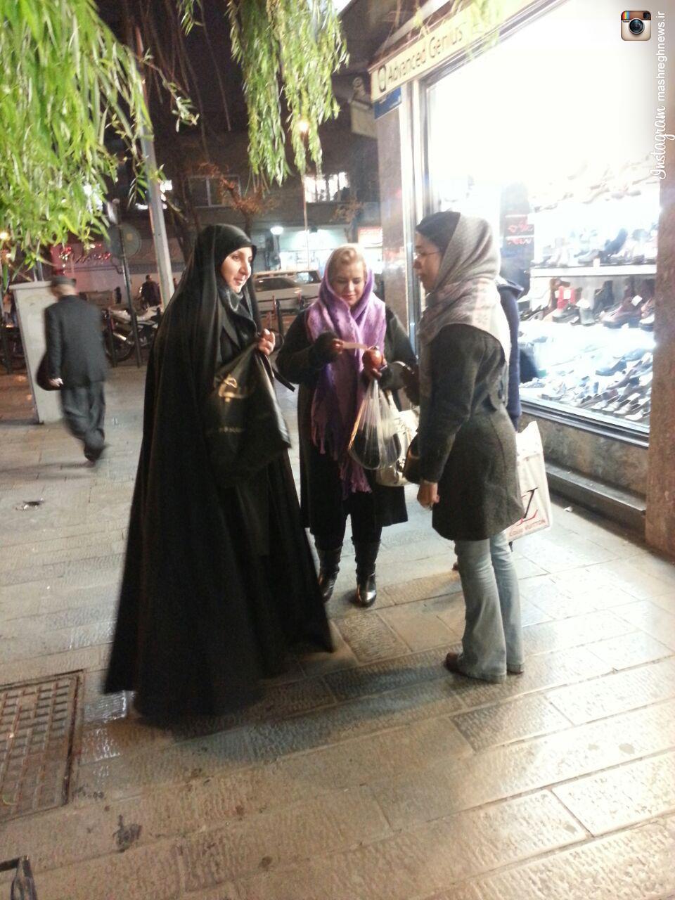 عکس/ توزیع انارهای مزین به دل نوشته های مربوط به امام زمان (عج) در شب یلدا