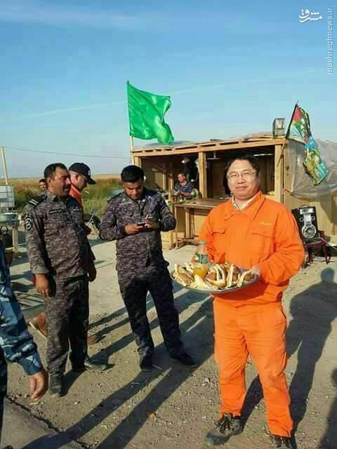 مسلمان چینی در حال پذیرایی از زوار اربعین