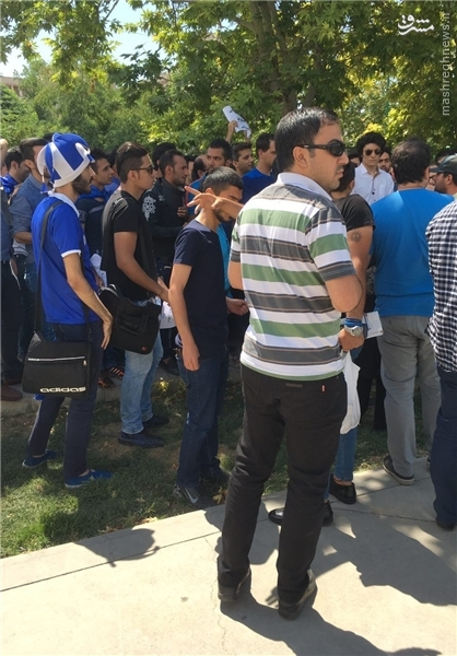 تجمع هواداران استقلال مقابل مجلس/ وزیر ورزش را استیضاح کنید +عکس