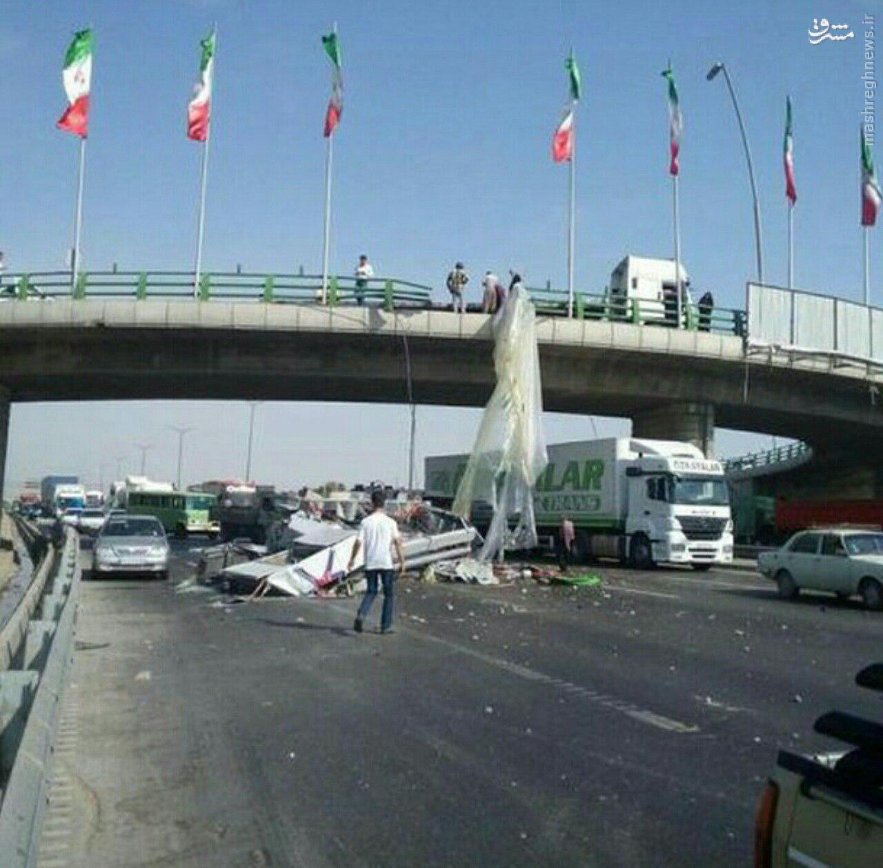 عکس/ سقوط بار تریلی از روی پل اتوبان آزادگان