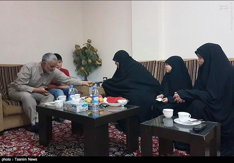 سردار سلیمانی در در منزل شهید ابوحامد