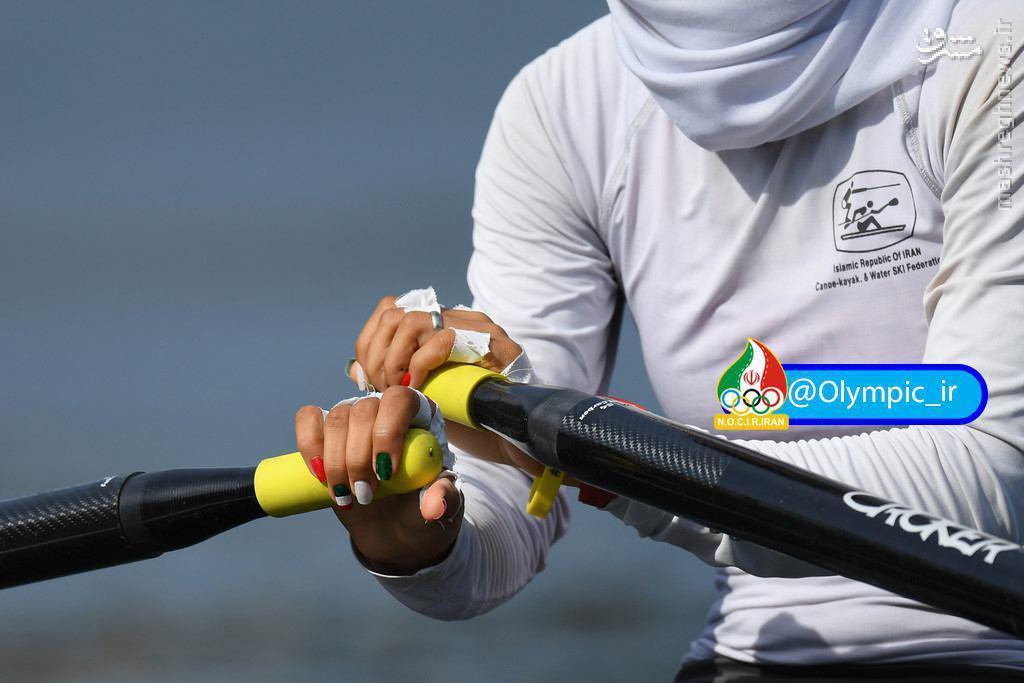 عکس/ شکار پرچم ایران روی دست دختر قایقرانی