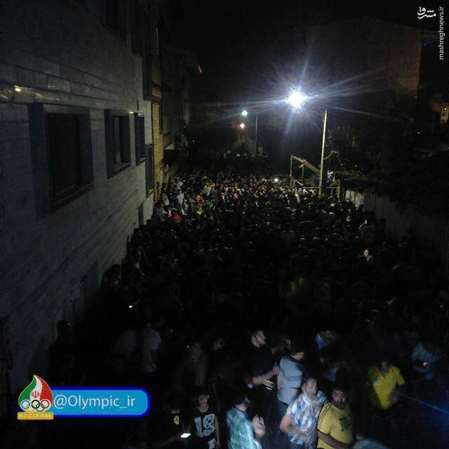 عکس/ ازدحام مردم در مقابل منزل بهداد سلیمی