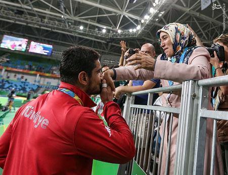 عکس/ بوسه قهرمان المپیک بر دستان مادرش