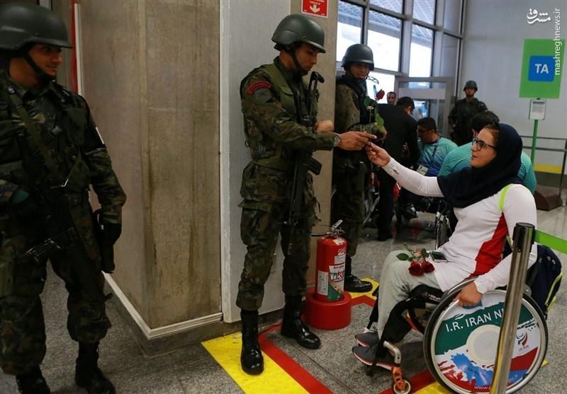 عکس/ هدیه زهرا نعمتی به نیروی امنیتی برزیل