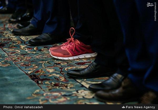 عکس/ دختری با کفش های کتانی