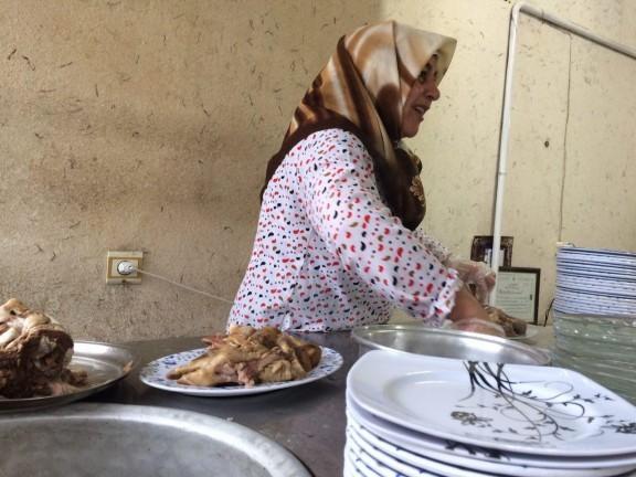 جدال یک زن با «کله های» سرسخت، شغلی عجیب یک مادر +عکس