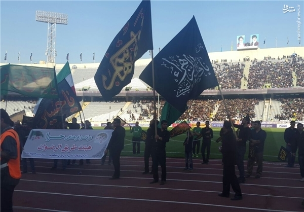 بازوبند مشکی بر بازوی کرهایها/ حال و هوای حسینی در ورزشگاه آزادی +عکس و فیلم