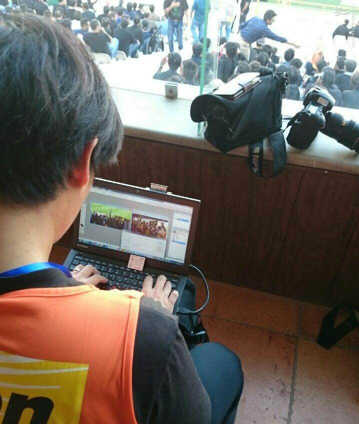 عکس/ خبرنگار کره ای درحال ویرایش عکس عزاداری