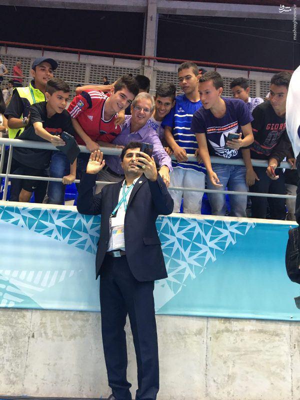 عکس/ سلفی ناظمالشریعه در جریان بازی با پاراگوئه