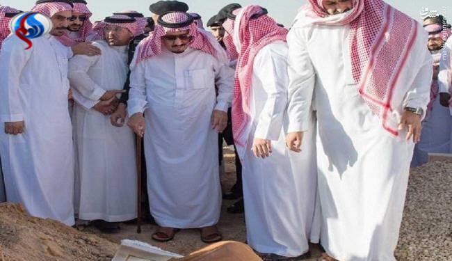 پادشاه عربستان به گورستان رفت +عکس