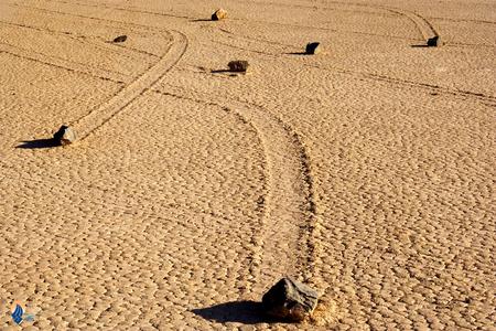 سنگ های متحرک: در ایالت کالیفرنیا آمریکا دره ای وجود دارد که از آن با نام دره مرگ یاد می شود. سطح این دره بسیار هموار است و البته سنگ های نیز در آن وجود دارند که گاهی وزن آن ها به 300 کیلوگرم نیز میرسد. نگته شگفت انگیز این است که این سنگ ها ثابت نیستند و همیشه در کف دره در حرکت اند.
