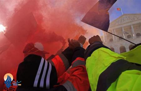 تظاهرات کارگران بندری در برابر پارلمان پرتغال