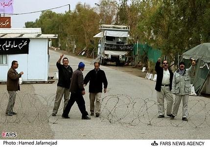 فحاشی و پرتاب سنگ توسط گروهک منافقین به تیم اعزامی خبرنگاران از داخل پادگان اشرف