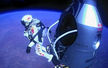فلیکس بامگارتنر اهل اتریش در حال پرش از ارتفاع 24 مایلی سطح زمین برای شکستن دیوار صوتی