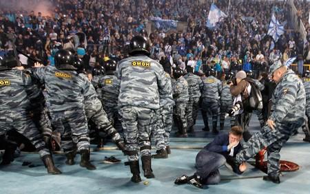 درگیری بین طرفداران فوتبال و پلیس ضد شورش در سنت پترزبورگ روسیه – 28 آوریل 2012