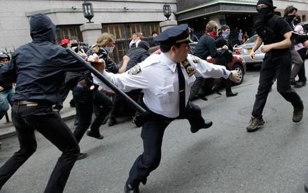 درگیری پلیس با اعضای جنبش اشغال وال استریت در نیویورک در 1 می 2012