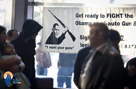 نصب پارچه نوشته ای ضد اوباما در جریان نمایشگاه اسلحه- دوستداران اسلحه به احتمال ایجاد محدودیت بر ضد حق حمل سلاح در این کشور اعتراض دارند