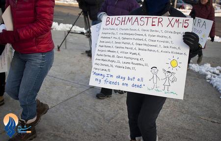 تجمع معترضان به آزادی حمل سلاح در مقابل نمایشگاه